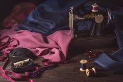 Stara szwalna maszyna, tkaniny, nożyce i inni akcesoria, Zdjęcia Stock