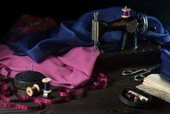 Stara szwalna maszyna, tkaniny, nożyce i inni akcesoria, Obraz Royalty Free
