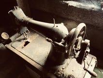 Stara szwalna maszyna z manuał przejażdżką, Zakrywający z korodowaniem, pyłem i pajęczynami, Przeciw tłu drewniana zaniechana sta Zdjęcie Royalty Free