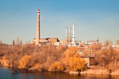 Stara termoelektryczna elektrownia na rzece Fotografia Royalty Free