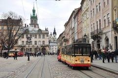 Stara ulica, średniowieczna architektura, turystyczni samochody Fotografia Royalty Free