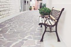 Stara ulica kamieni domy z ławką w Numana obrazy stock