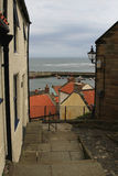 Stara ulica w harbourside wiosce, North Yorkshire Obrazy Stock
