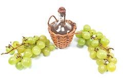 Stara uszczelniona butelka wino i biały winogrono Obraz Royalty Free
