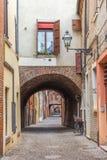 Stara wąska średniowieczna ulica centrum Ferrara Zdjęcia Royalty Free