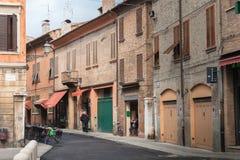 Stara wąska ulica centrum Ferrara, Włochy Obrazy Stock