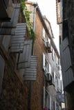 Stara wąska ulica widok na piętrze Otwarte okno żaluzje obraz stock