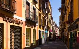 Stara wąska ulica z przechuje w Leon zdjęcia royalty free