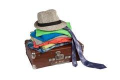 Stara walizka i fałdowe rzeczy na nim Zdjęcia Royalty Free