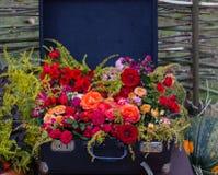 Stara walizka z kwiatami Zdjęcia Royalty Free