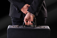 Stara walizka zabezpieczać nadgarstek z kajdankami obrazy stock