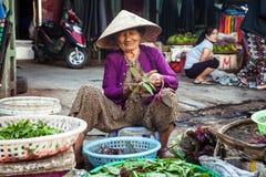Stara wietnamczyk kobieta przy ulicznym rynkiem, Wietnam Zdjęcie Stock