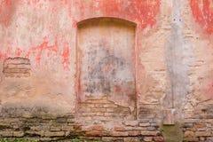 Stara wietrzejąca malująca ścienna tło tekstura Rewolucjonistka tynku brudna obrana ściana z spadać daleko płatki farba zdjęcie stock