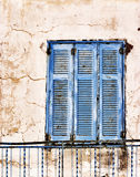 Stara, wietrzejąca błękitna drewniana nadokienna żaluzja, obrazy stock