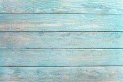 Stara wietrzejąca drewniana deska malująca w turkusie lub błękitnym dennym kolorze zdjęcie stock