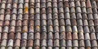 Stara wietrzejąca czerwona dachówkowego dachu zbliżenia fotografia Tło Obrazy Stock