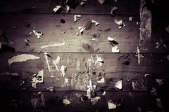 Stara winiety zawiadomienia deska z świstkami papiery zdjęcia stock