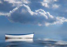 Stara wioślarska łódź wałkoniąca się przy morzem Fotografia Stock