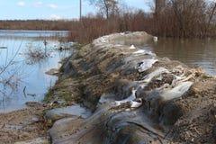 Stara worek z piaskiem powodzi ochrona ledwo trzyma z powrotem rzekę podczas powodzi zdjęcia stock