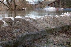 Stara worek z piaskiem powodzi ochrona trzyma z powrotem rzekę obraz stock