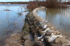 Stara worek z piaskiem powodzi ochrona trzyma z powrotem rzekę podczas powodzi zdjęcia royalty free
