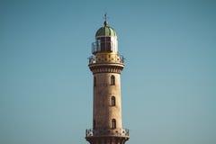 Stara wysoka latarnia morska w niebieskim niebie fotografia royalty free