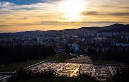 Stara Zagora, Bulgarien, die Samariterflagge, Sonnenuntergang über der Stadt lizenzfreie stockbilder