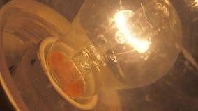 Stara zakurzona żarówka jarzy się w zmroku zdjęcie wideo