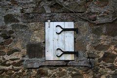 Stara zamykająca nadokienna i stara kamieniarka, Francja Fotografia Royalty Free