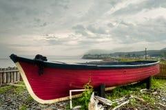 Stara zaniechana czerwona łódź zdjęcie stock