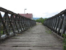 Stara zaniechana drewnianego mosta, metalu budowa nad rzecznym Vrbas +, miasto Banja Luka, Bośnia, republika Obrazy Stock