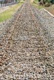 Stara zaniechana kolej z masywnymi skałami pociąg ostro protestować fotografia royalty free