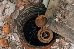 Stara zaniechana ośniedziała wodociągowa cegły kopalnia, ląg, ośniedziała wodna drymba Fotografia Stock