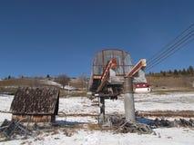 Stara, zaniechana, obdrapana krzesła dźwignięcia stacja, zdjęcie royalty free