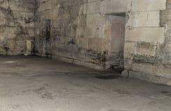 Stara zaniechana piwnica w kasztelu zdjęcia royalty free