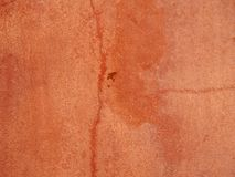 Stara zatarta czerwień pękał szorstkiego textured malującego betonowej ściany tło zdjęcia stock