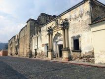Stara, zbutwiała kolonialna architektura widzieć od brukować ulic piękny miasteczko Antigua Gwatemala, Gwatemala obrazy royalty free