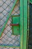 Stara zielona ogrodowa brama z ogrodzeniem, szczegół Obraz Royalty Free