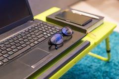 Staranna tabletop stacja robocza z eyeglasses Zdjęcie Royalty Free