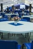 Staranni kwiaty na Jeden stoły Indoors Obrazy Royalty Free