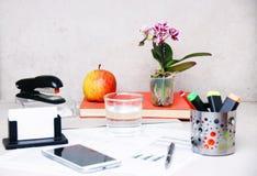 Starannie i skoczny dekorujący biurowy biurko obraz royalty free