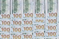 Starannie ustawiony tło 100 dolarowych rachunków Zdjęcie Royalty Free