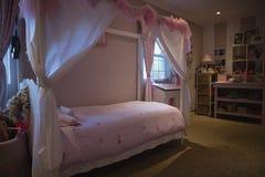 Staranny łóżko w sypialni zdjęcia royalty free