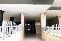 Staranny wejście zwyczajny budynek mieszkalny w Rishon Le Zion, Izrael obraz stock