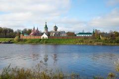 Staraya Ladoga Monastério de Nikolsky nos bancos do rio Volkhov, tarde ensolarada de outubro Região de Leninegrado, Rússia fotos de stock royalty free