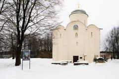 Staraya Ladoga, Rosja, Styczeń 5, 2019 Przegląda horyzontalnego średniowieczny Ortodoksalny kościół w klasztorze i pielgrzymi wok obraz royalty free