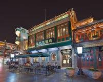 Starbucks-Ausgang nachts, Peking, China Lizenzfreies Stockfoto