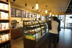 Starbucks-Koffiebinnenland in de Luchthaven van Helsinki Stock Afbeeldingen