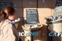Starbucks original, turista admira bens Imagem de Stock Royalty Free