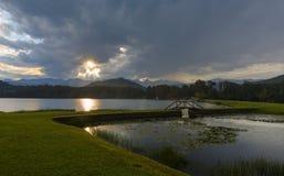 Starburst de Sun par les nuages Photographie stock libre de droits